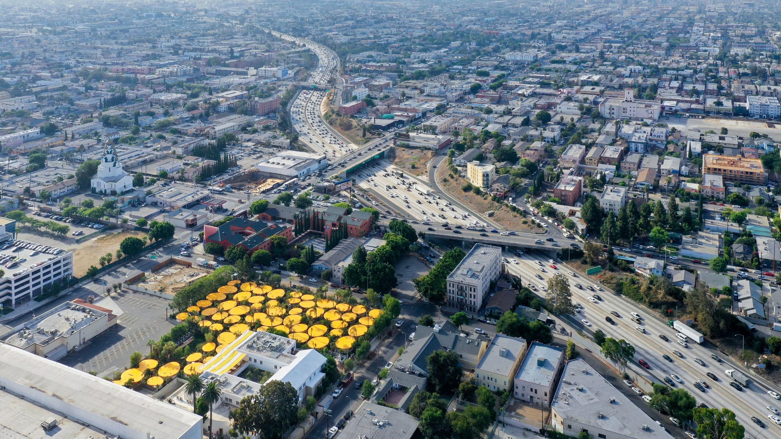 מתחם משרדים בחניון לשעבר, מדמה גן שושנים צהובות