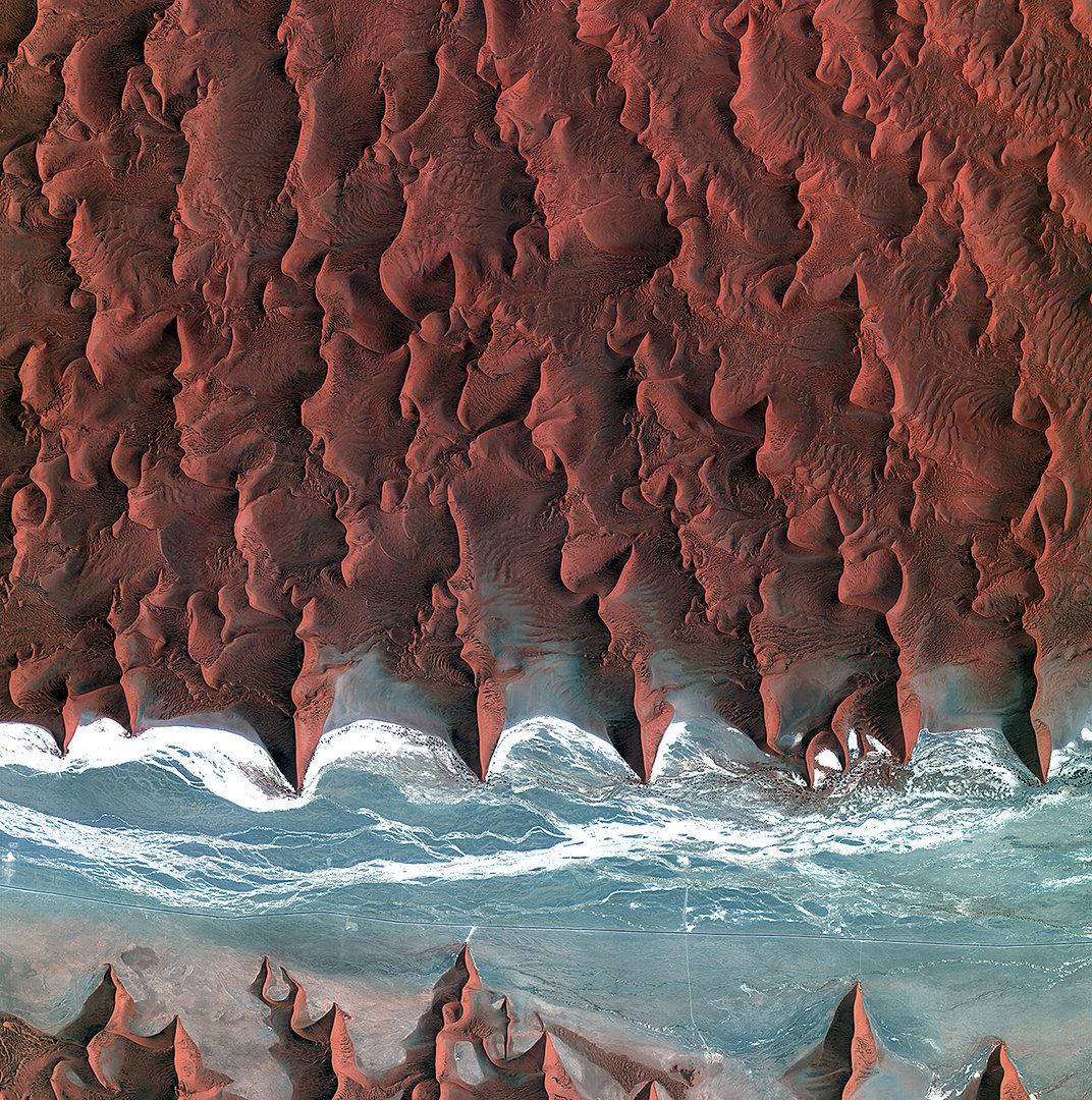 האוקיינוס והמדבר נפגשים בנמיביה