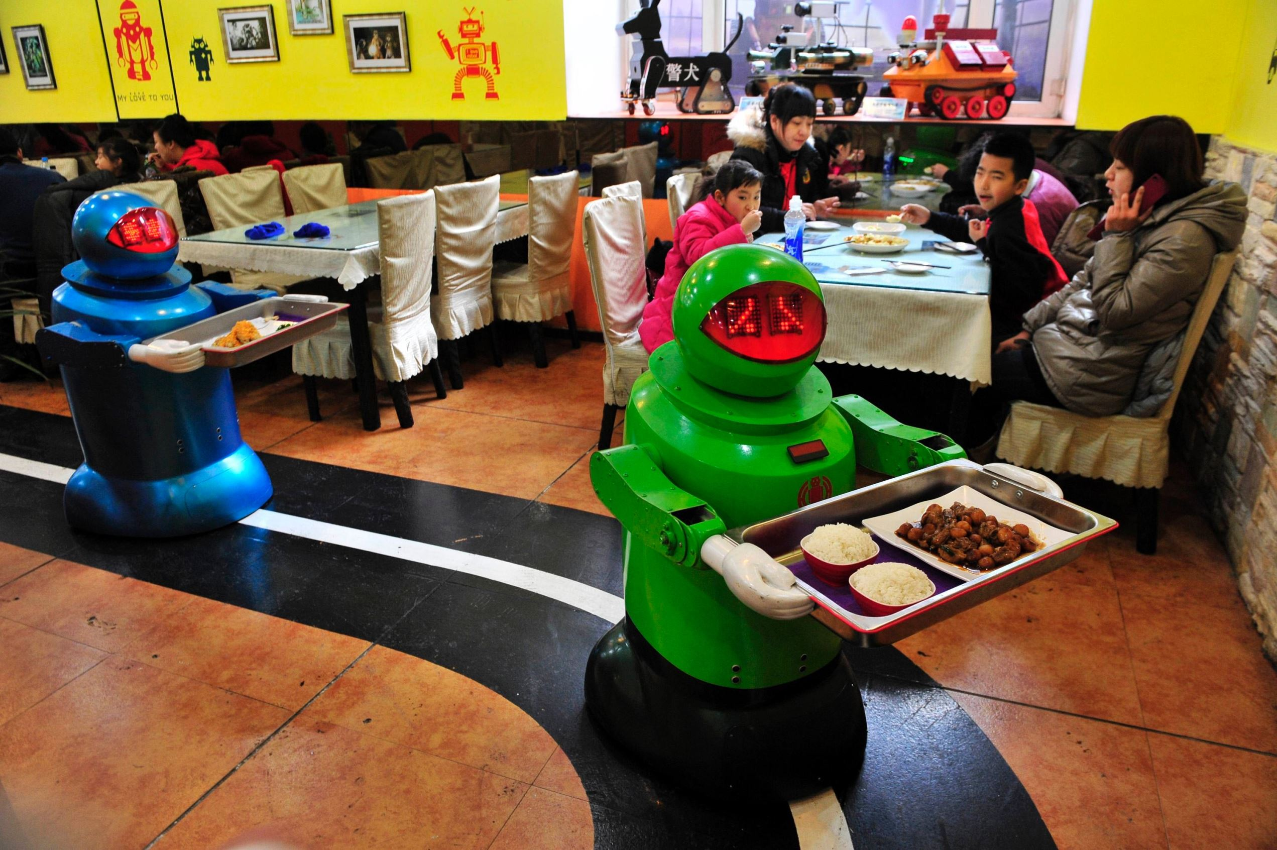 מסעדה המעסיקה רובוטים