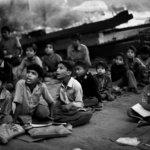 בית ספר חינמי לילדים עניים, מתנהל מתחת לגשר בניו-דלהי, הודו