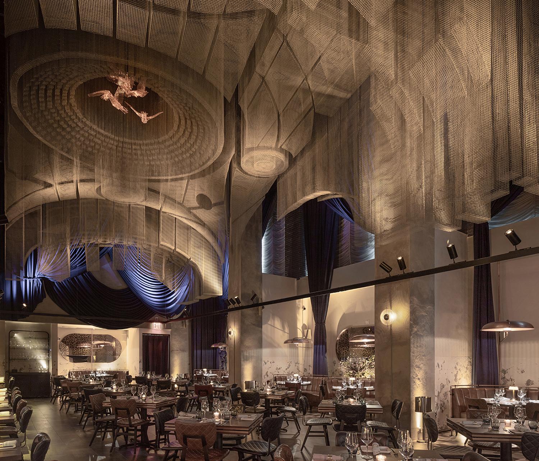 תקרה תלויה שפיסל Edoardo Tresoldi, במלון בניו יורק