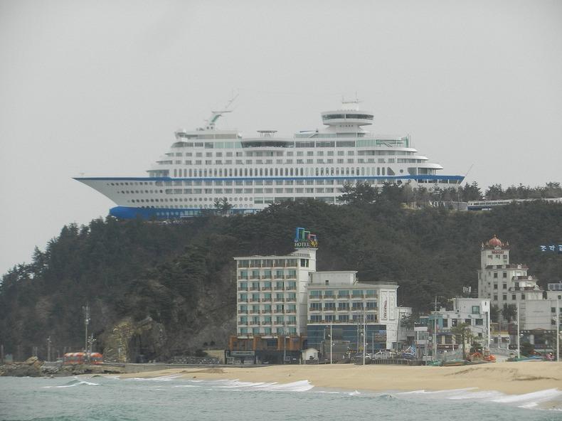 ספינת התענוגות העוגנת על צוק, היא למעשה בית מלון