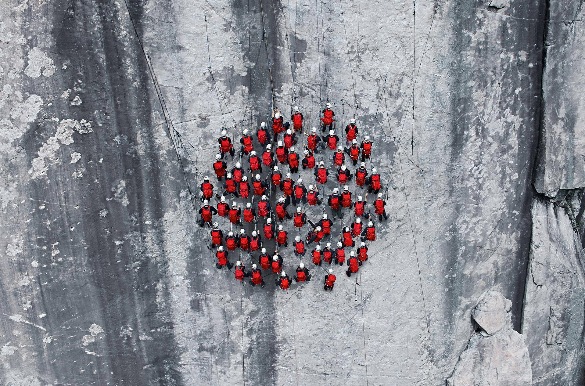 הצלם Robert Bösch כובש את פסגות הרי האלפים המושלגים