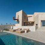 House in Pyrgos: בית מונוליטי בסנטוריני