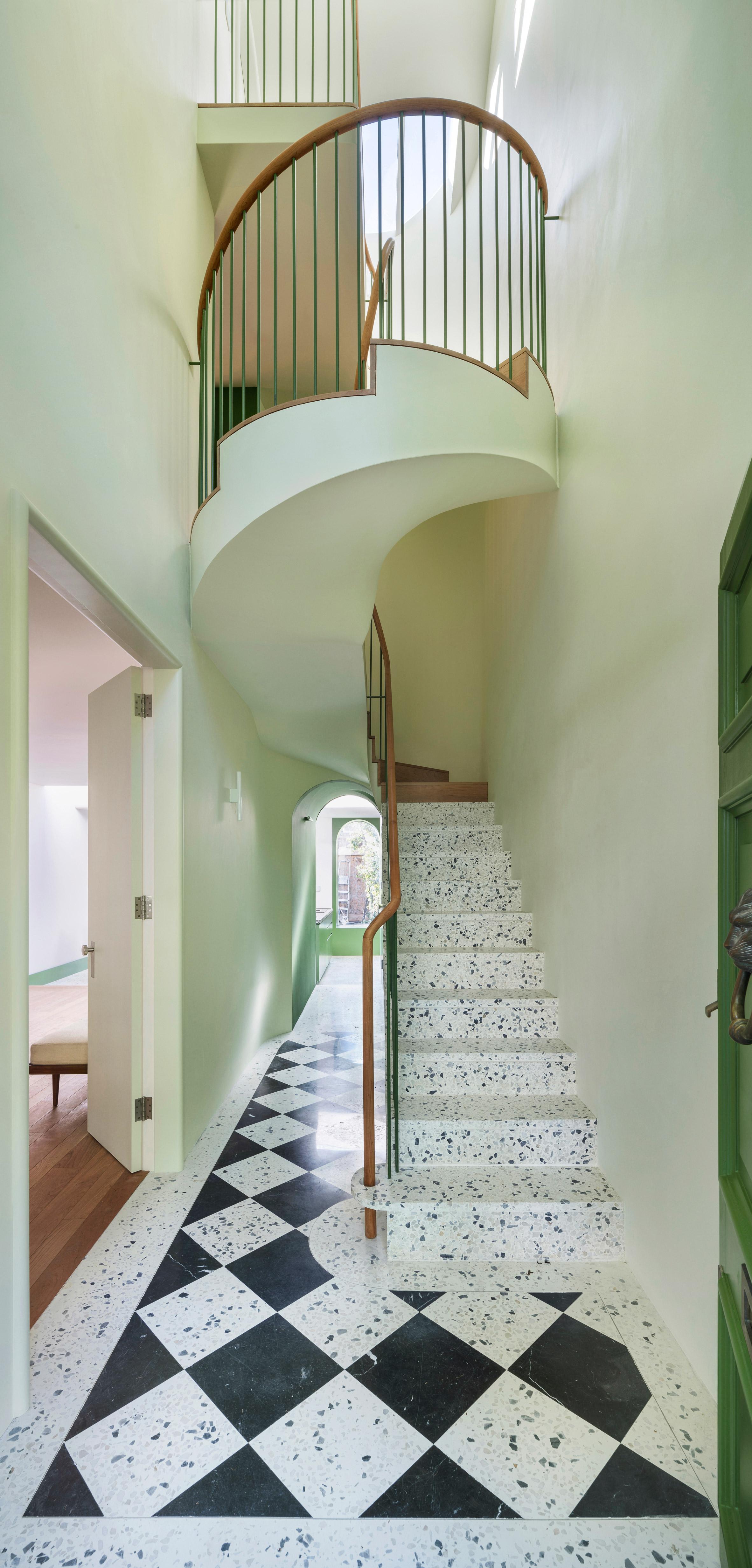 בית הארנב הלבן מביא צבע וקלילות לדירה לונדונית קשישה
