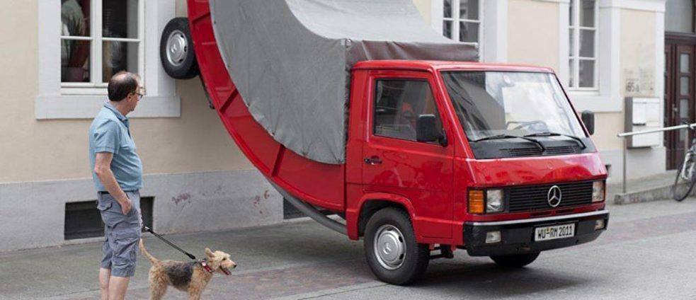 """פסל רחוב של משאית, קיבל דו""""ח חנייה"""