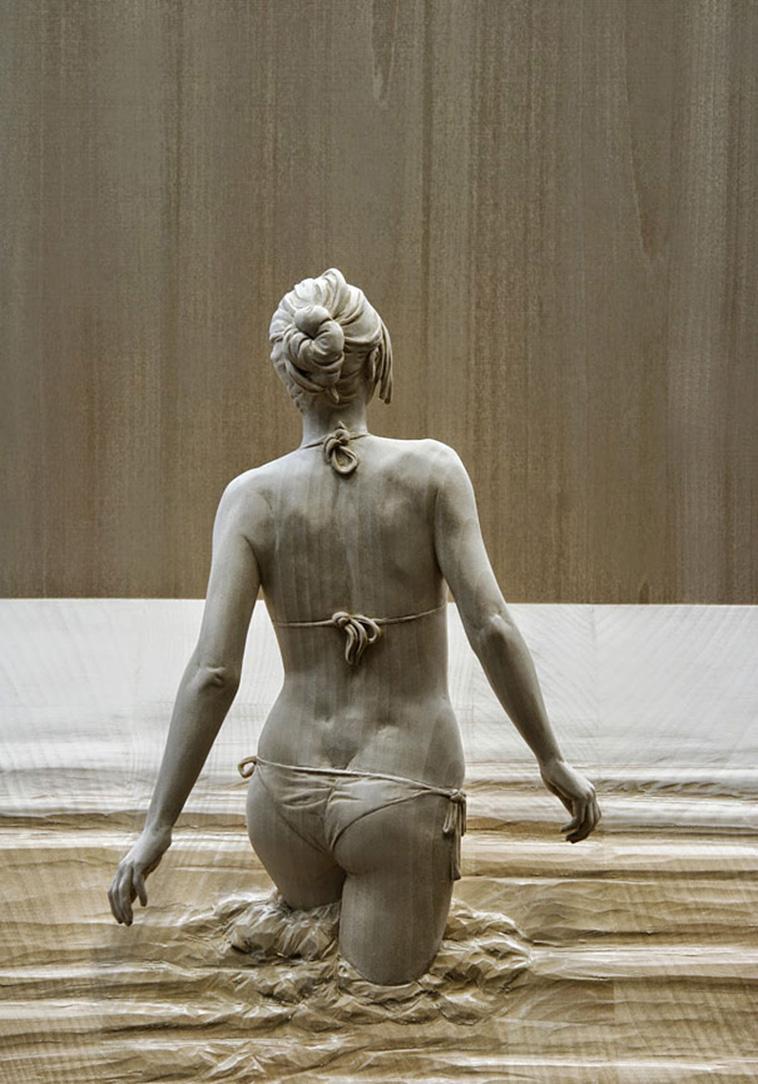 פסלי העץ הראליסטיים של Peter Demetz