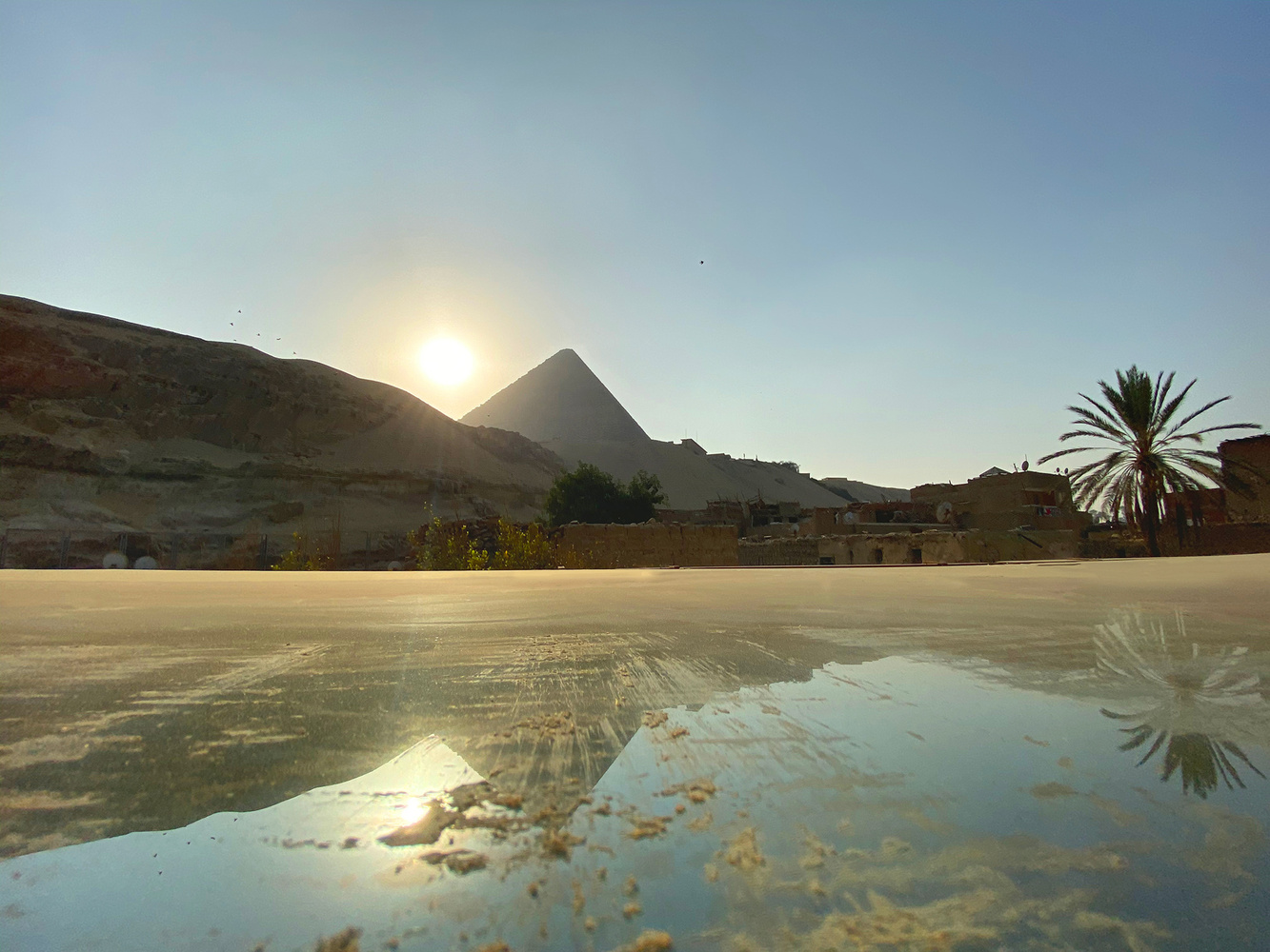 מצפה הכוכבים של סטודיו מלכה בגיזה, בהשראת הפירמידה הגדולה