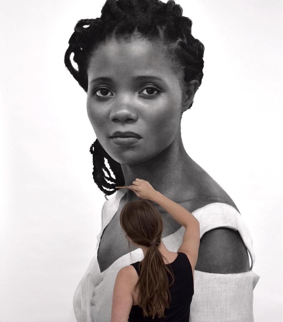 דיוקנאות פחם ענקיים של נשים שמציירת Clio Newton