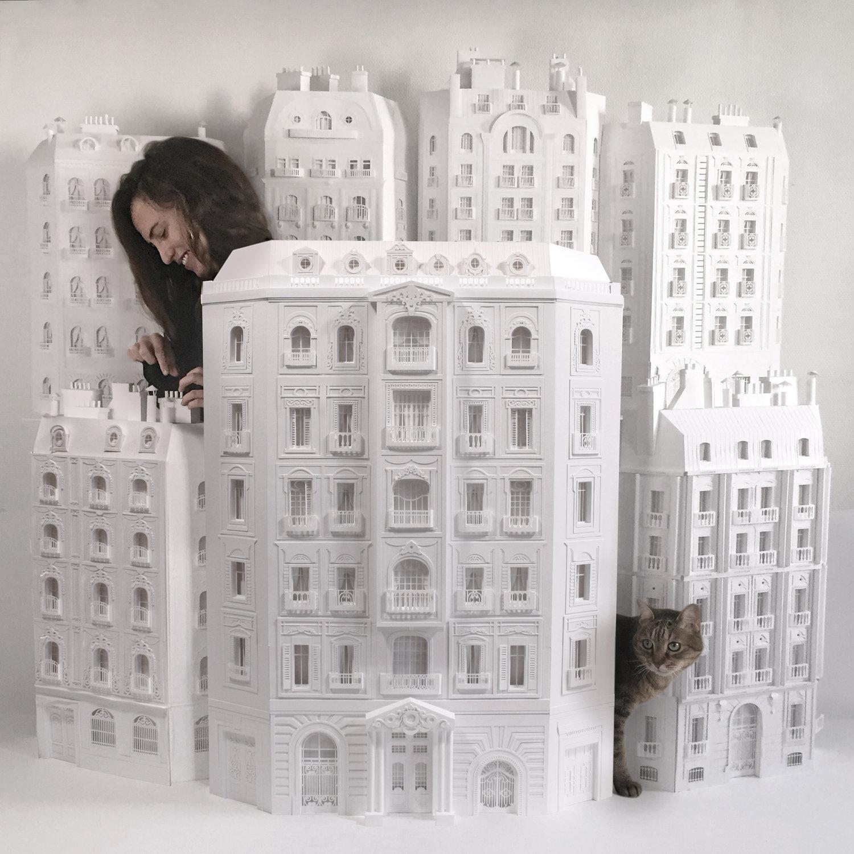 האמנית שבונה מנייר את הבניינים שהפכו את פריז למודרנית