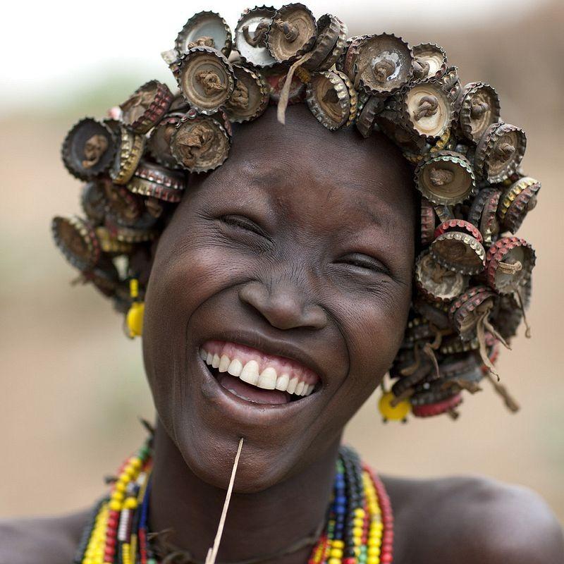 שבט אתיופי ממחזר את שיירי העולם המודרני לאביזרי אופנה
