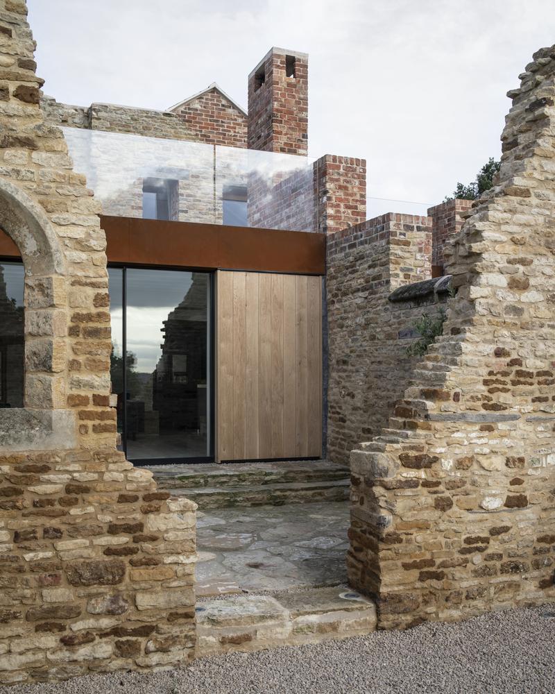 בית נבנה בתוך חורבות מפעל מהמאה ה-17