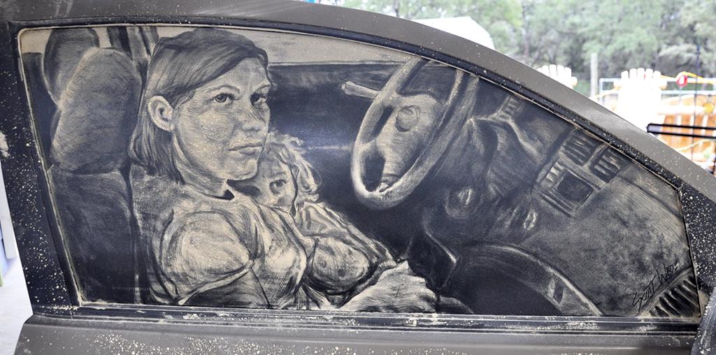 המעצב שיוצר אמנות על חלונות מכוניות מאובקות