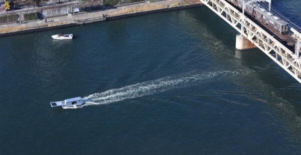 ספינה הפותחת בריצ' רצ' נהר בטוקיו