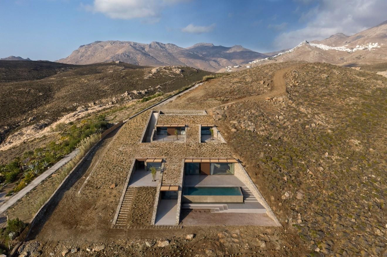 בית חצוב בתוך מדרון הר ביוון