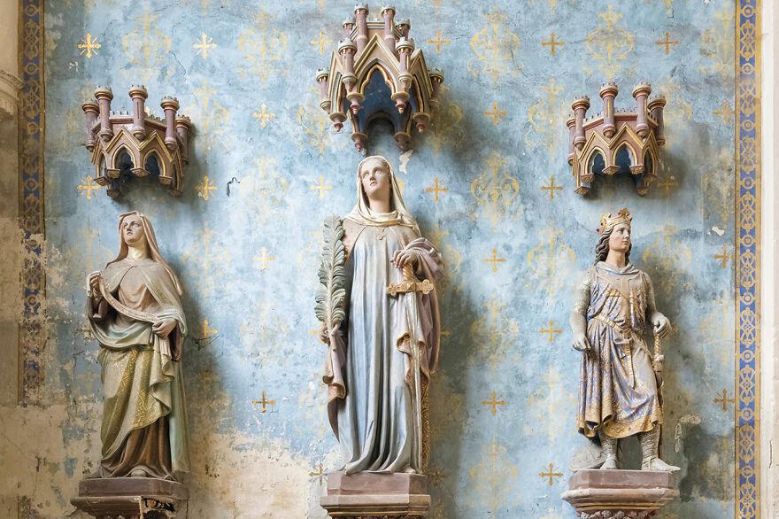 בתוך הכנסיות הנטושות והמדהימות באירופה