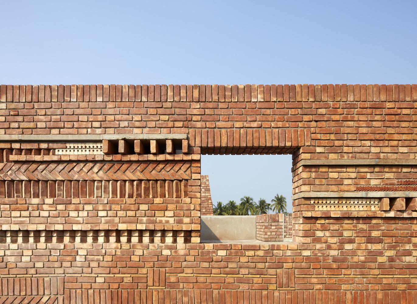 קרמיקה ולבנים במרכז אמנות קהילתי בהודו