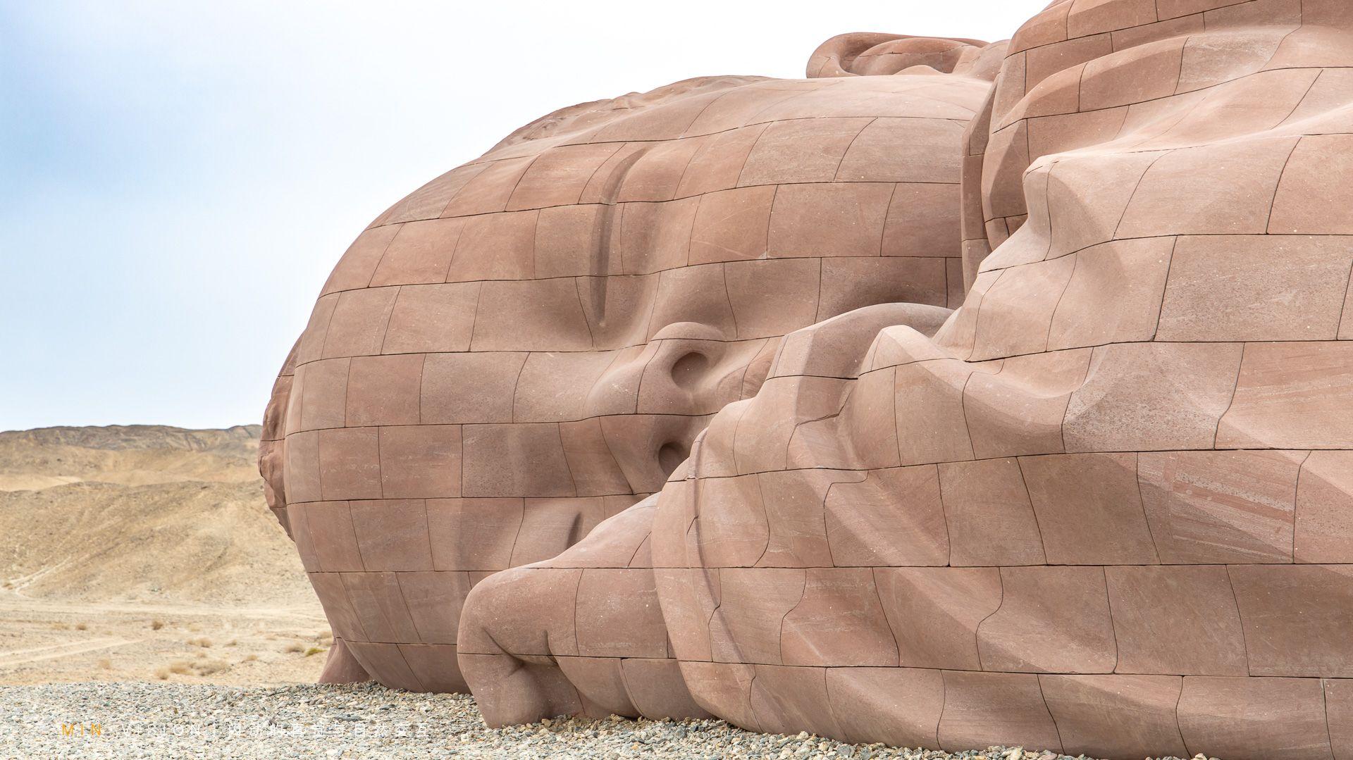 במרכז המרחב העצום של מדבר גובי, ישן תינוק ענק