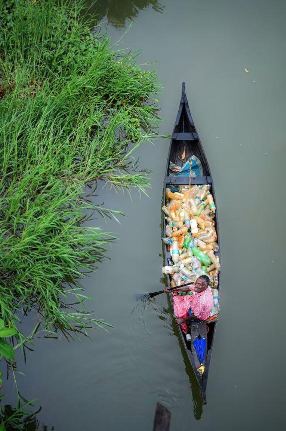 צילום אדם משותק שניקה נהר מבקבוקי פלסטיק, הפכה וויראלית