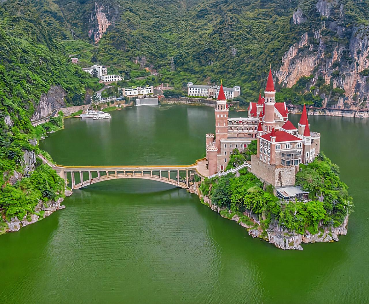טירת האגדות הזו היא למעשה מלון של ארבעה כוכבים בסין