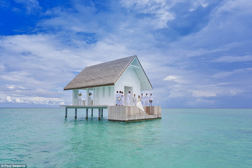טקס נישואין באמצע האוקיינוס