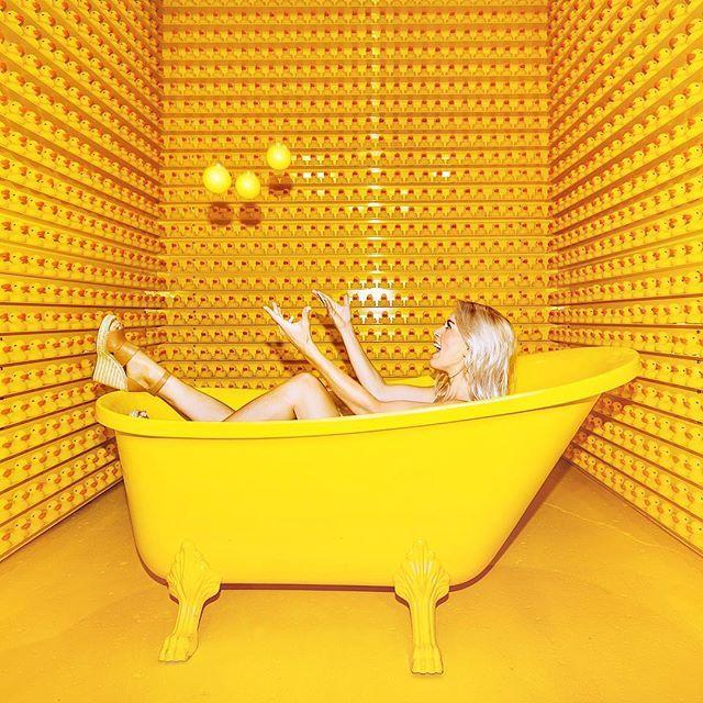 נשים צבעוניות: האשה בירוק, האשה בצהוב והאשה בוורוד