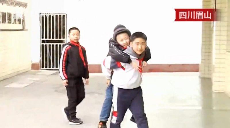 נער בן 12, נשא על גבו חבר מוגבל ברחבי בית הספר, במשך שש שנים