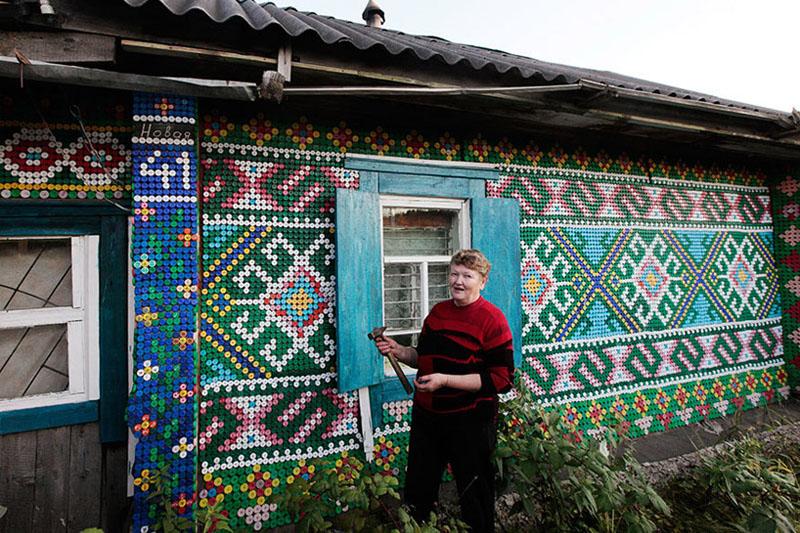 הסבתא שקישטה את כל ביתה בפסיפס של מכסי בקבוקים