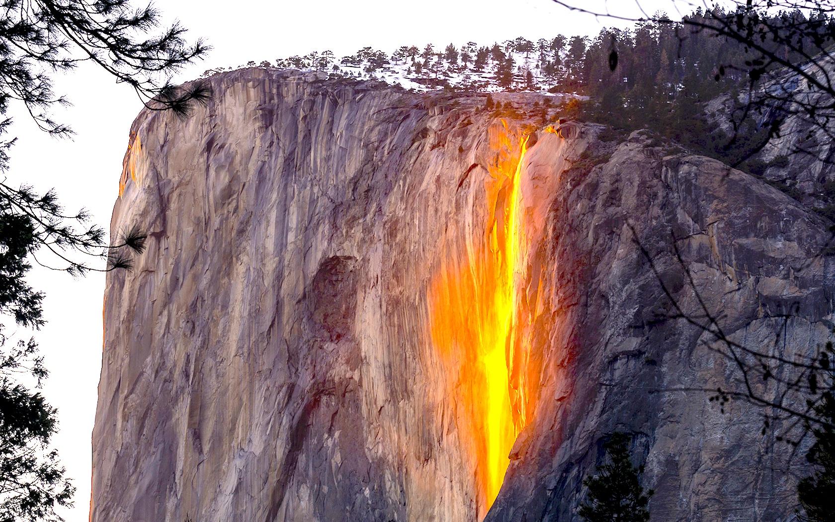 מפל המים Horsetail Falls, הופך למפל אש טבעית בפברואר