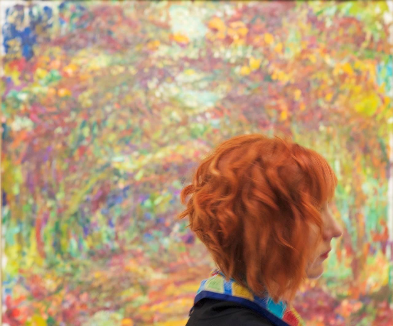 מבקרים במוזיאון שתואמים ליצירות אמנות