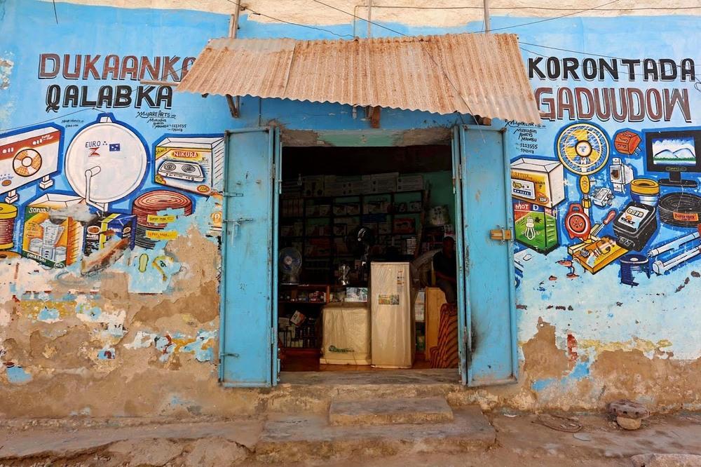 חלונות הראווה המצוירים ביד בחנויות של סומליה
