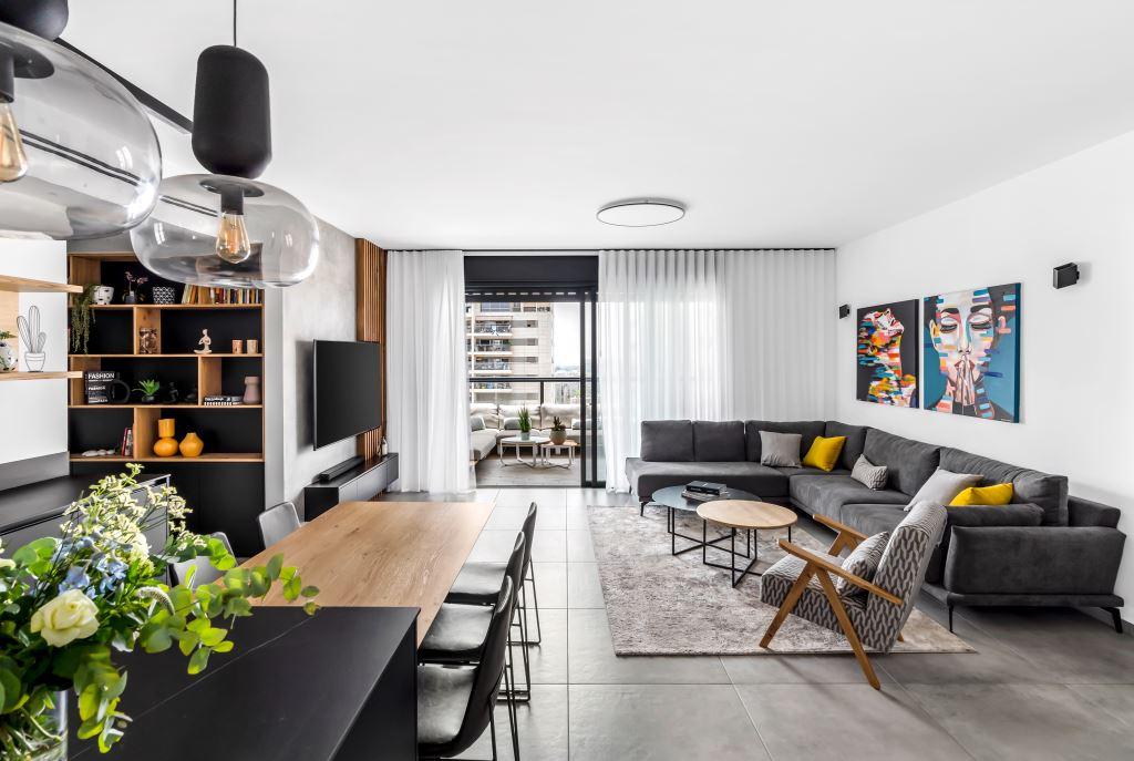 דרמטית, מזמינה ונינוחה: דירת קבלן שהפכה לבית משפחתי מרהיב