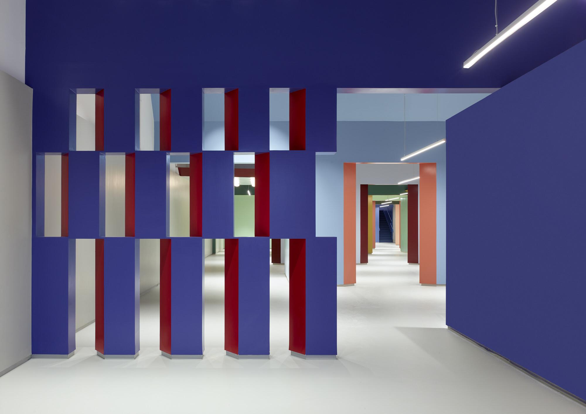 חללים תיאטרליים באולם תצוגה / ברנוביץ גולדברג