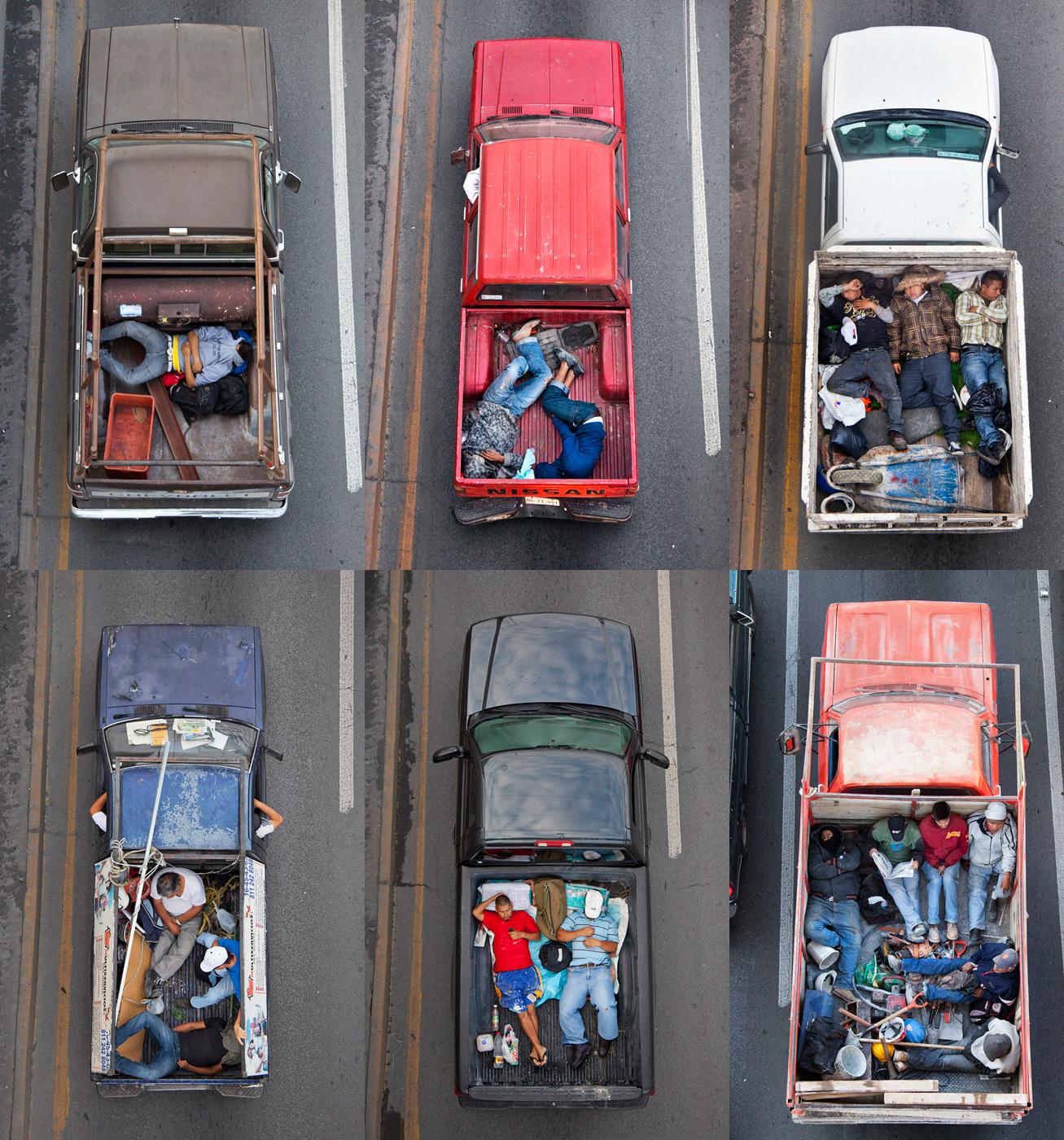 הצלם Alejandro Cartagena מתעד פועלים בדרכם לאתרי בנייה של בתים ווילות