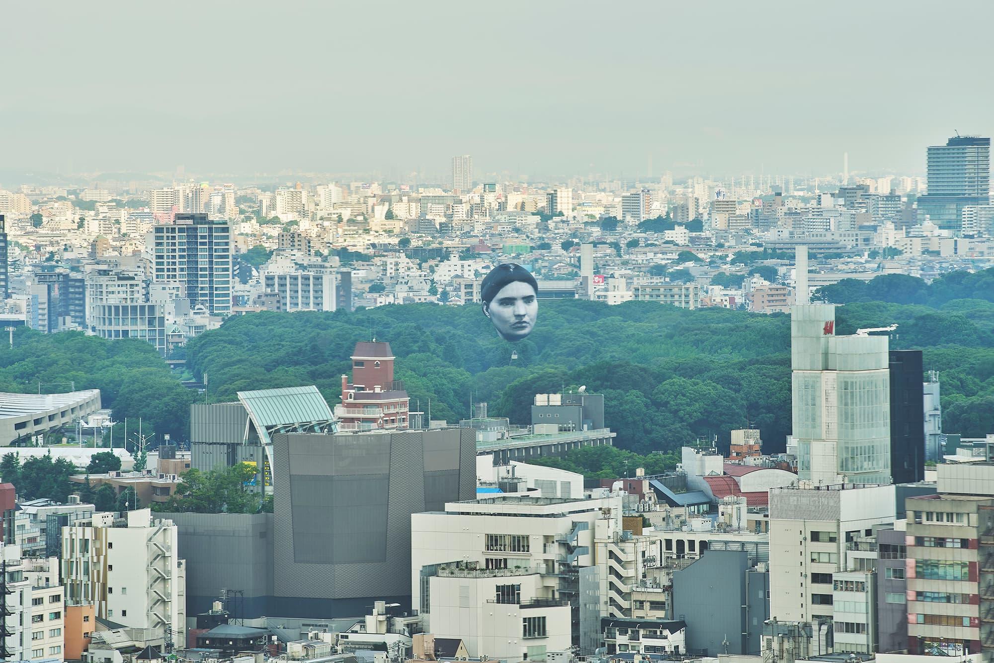 בלון בצורת ראש ענק מרחף מעל טוקיו