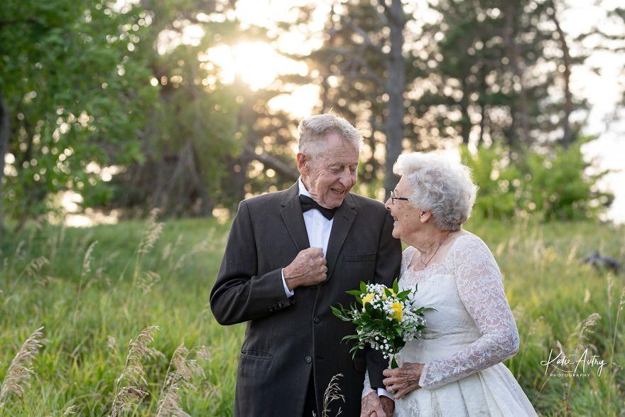 זוג בשנות ה-80, הצטלמו ביום נישואיהם, לבושים בתלבושות החתונה המקוריות