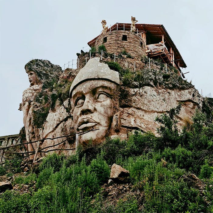 פסלים של אלים אנדיים קדומים, נחצבו עתה בהר בפרו