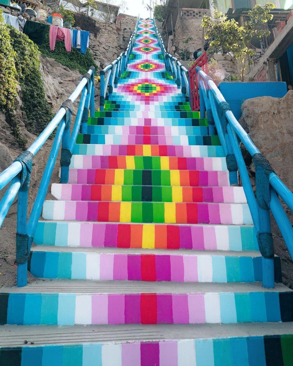טקסטיל אנדי צבעוני מסורתי על מדרגות רחוב בפרו